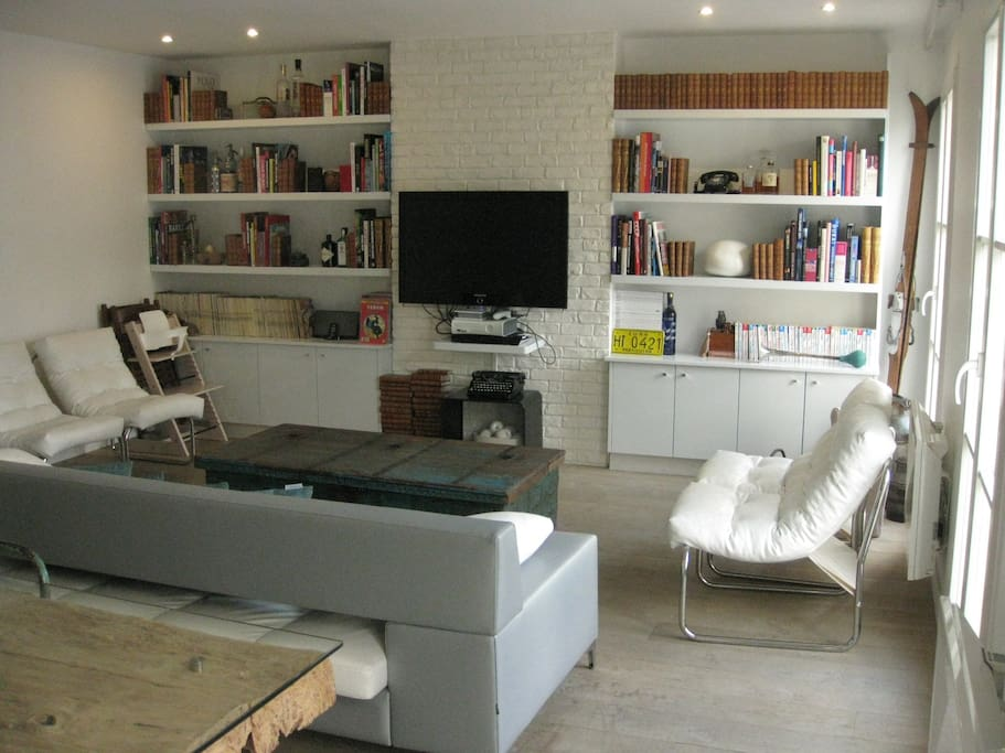 1 living room with library and light