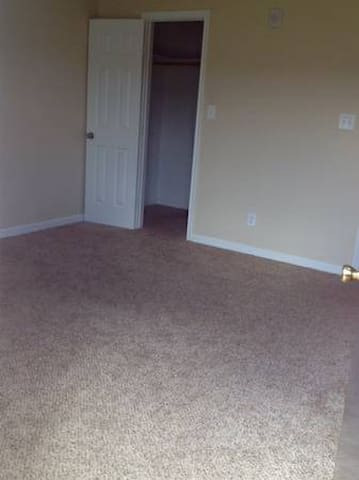 Quiet room in North Dallas :) - Farmers Branch