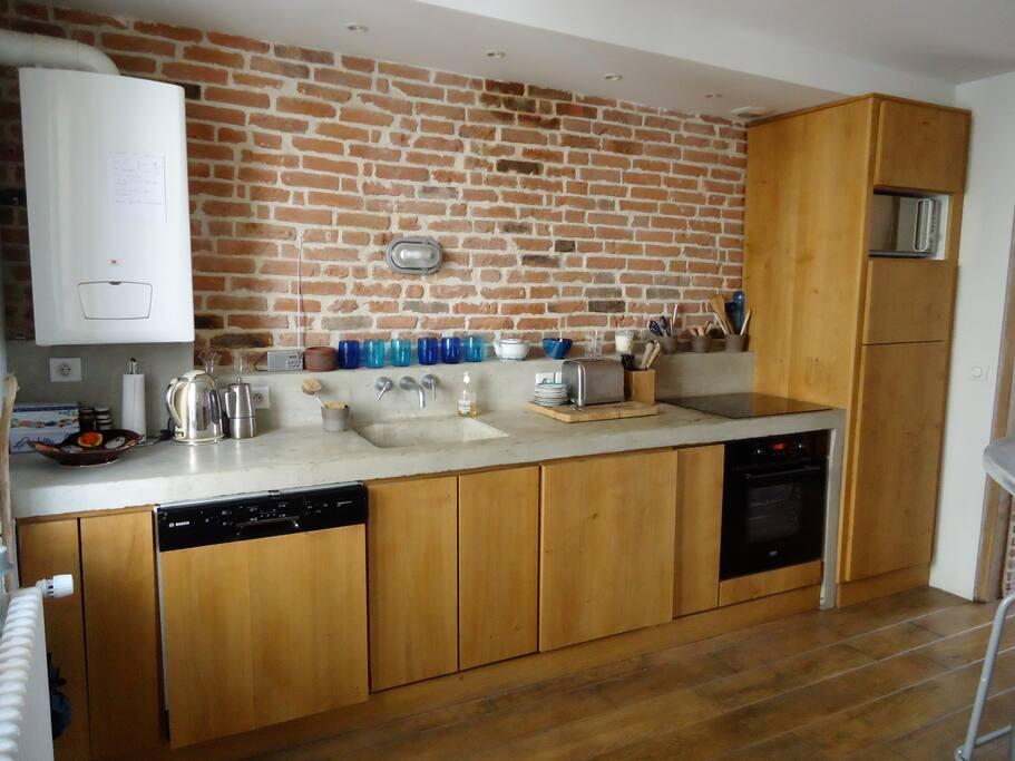 la cuisine avec lave vaisselle, machine à café Nexpresso, four traditionnel, micro-onde