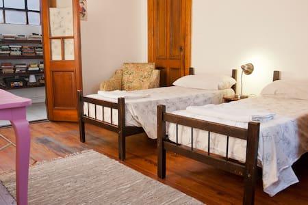 Sunny twin room in La Boca. Balcony - Buenos Aires - Lejlighed