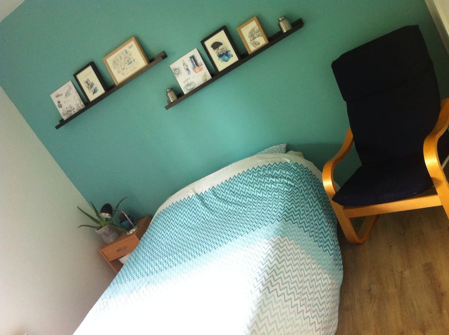 Chambre n°1 - Lit double, draps et serviettes fournis. Donne sur un balcon.