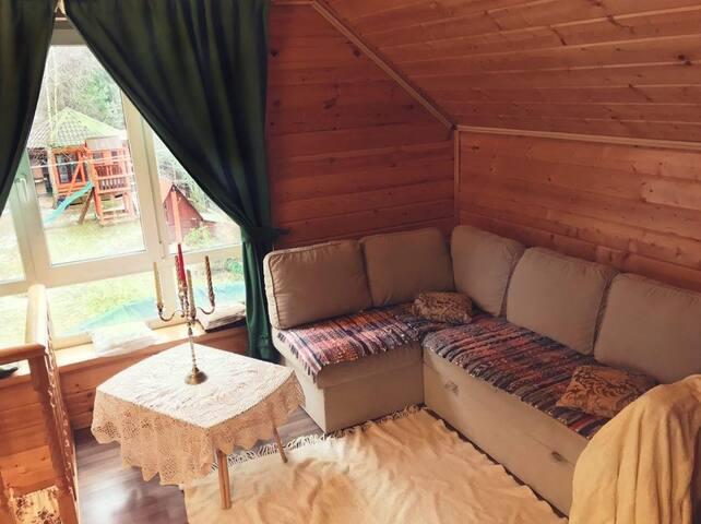 Уютный диванчик в случае необходимости можно разложить в полноценное двухспальное место.