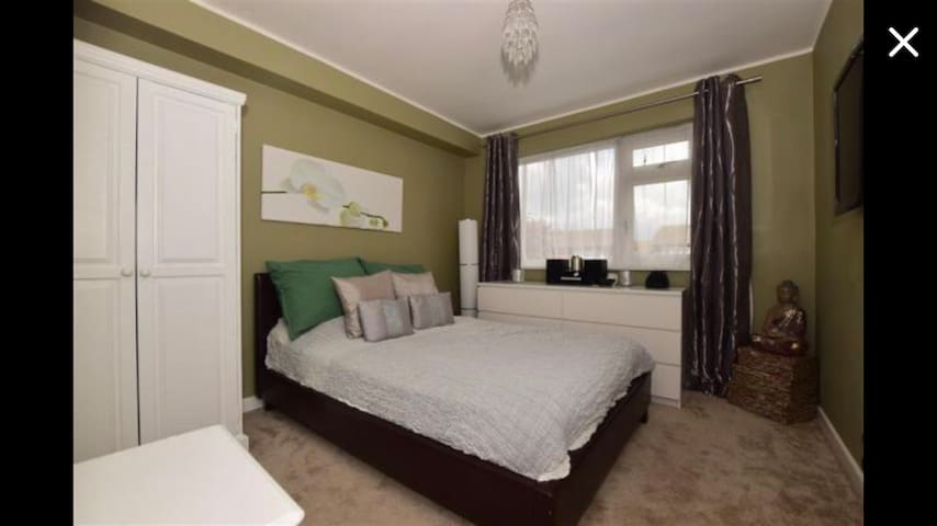 Magically, delicious, beautiful room in Croydon