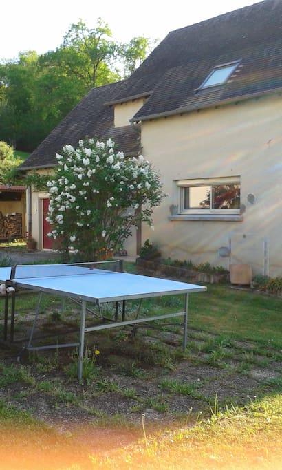 tennis de table devant la maison près de la cour