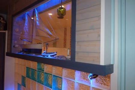 Chambre bain balnéo privé et douche hyro-massage - Tréméoc