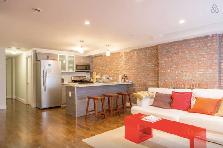 Modern Private Luxury Bedroom, Nr A/C Subways - Brooklyn - House