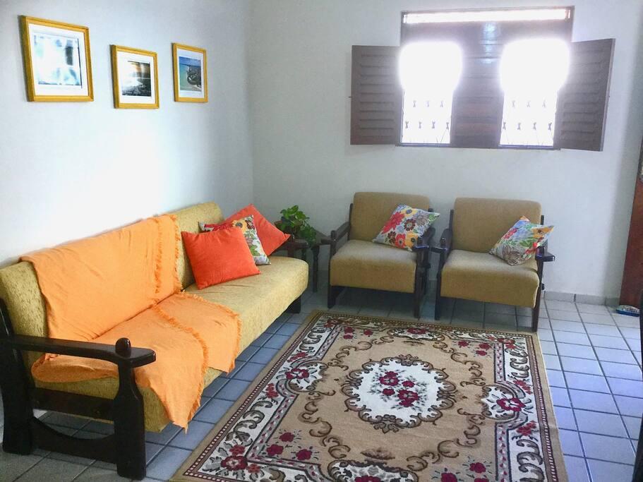 Sala para dois ambientes. Bem ventilada.