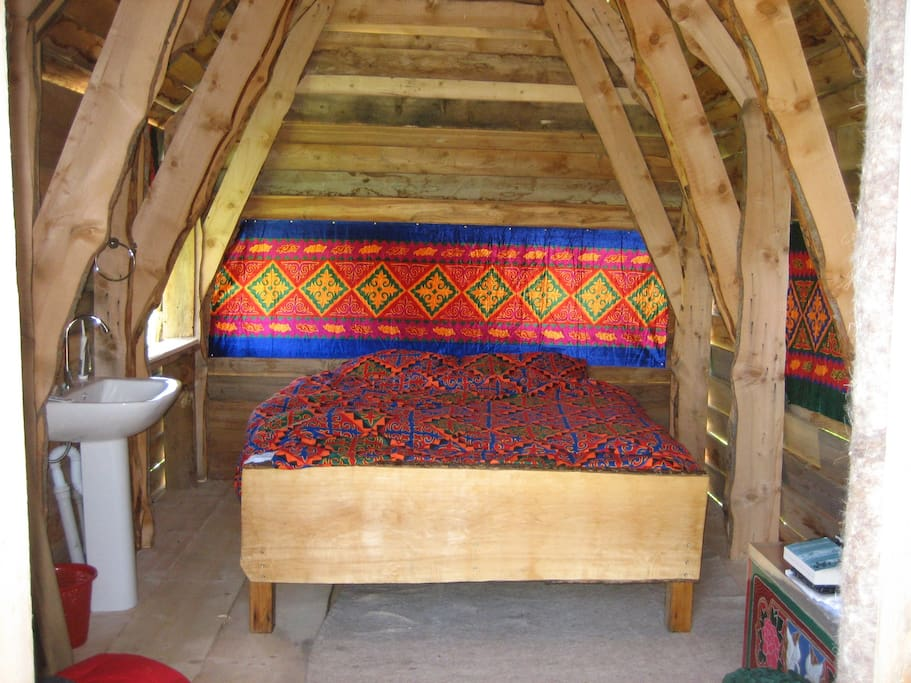 Room with double bed and washing stand