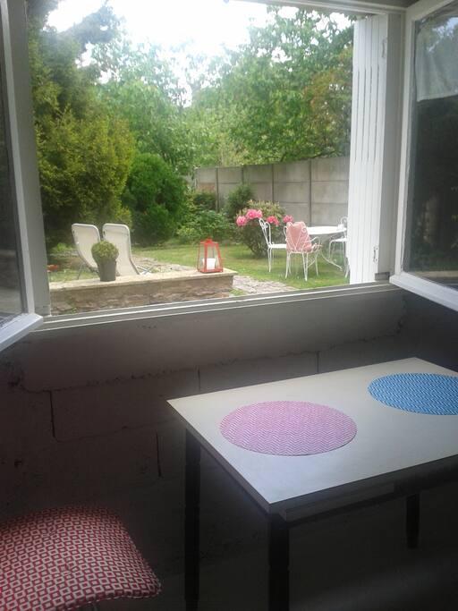 la cuisine avec vue sur le jardin de derrière