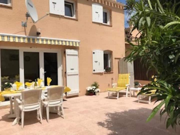 Villa with pool in residence & wifi minutes to Med