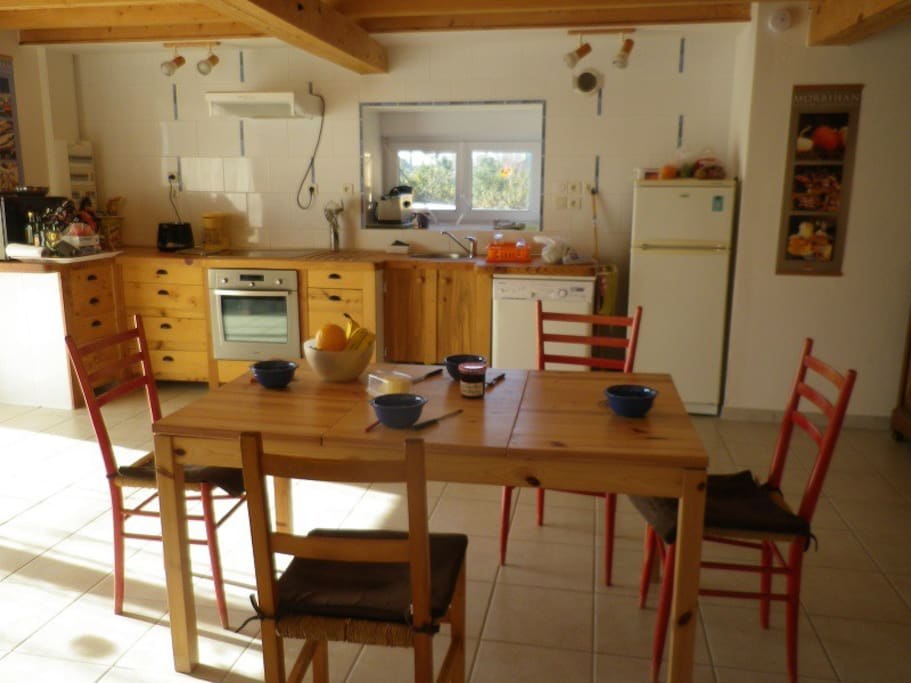 pièce commune: coin repas et cuisine équipée