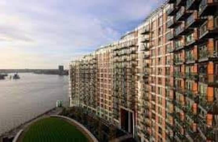 1b Flat in a safe complex close to canary wharf!