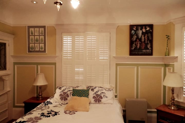 # Charming & Spacious Elmwood Studio #