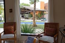 Vista da janela da sala para a piscina do condomínio.