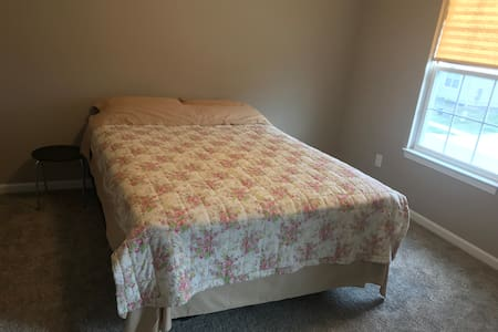 Private Room with Queen Bed & Breakfast in Aurora