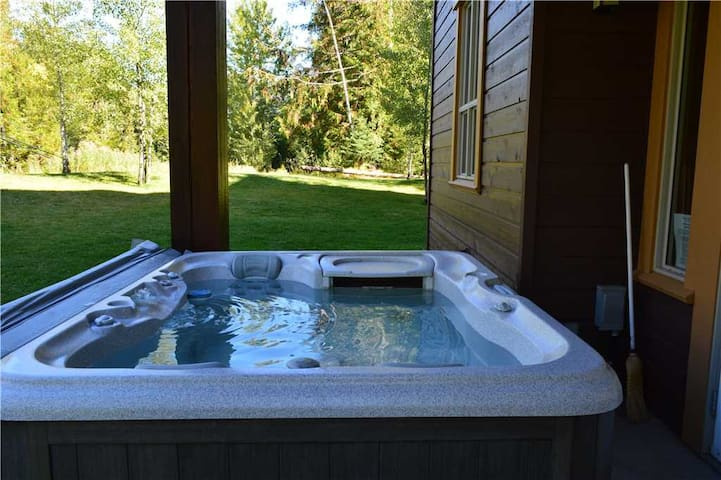 Spacious condo with private hot tub, kitchen, access to pool & BBQ, 5min walk to ski lifts: T619 - Timberline Lodges - 619 Juniper