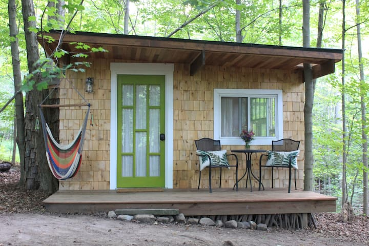Unique tiny cabin retreat close to hiking trails