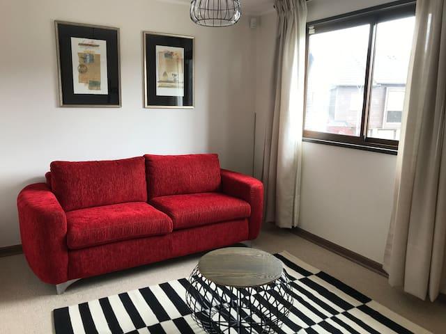 Sala de estar en segundo piso, con sillón cama para 2 personas
