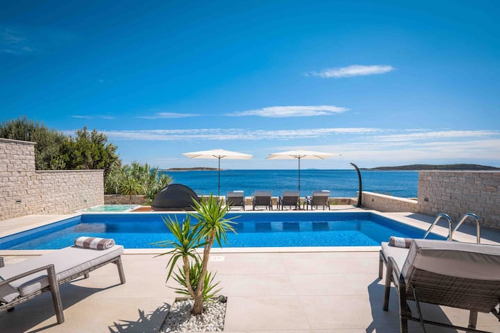 Seafront Villa with pool and Jakuzzi