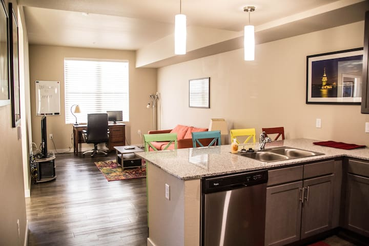 King Bed|FreeParking Union Station Executive Suite