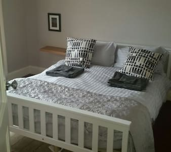 Quiet Spacious Bedroom with Queen Double Available - Coventry - Casa
