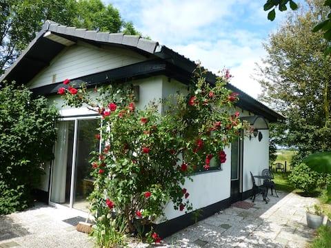 Romantisch, vrijstaand huisje voor 2p, grote tuin