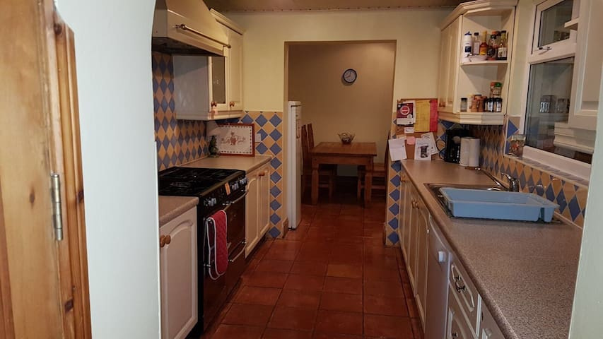 Wonderful 4-bedroom house 10 mins from city centre