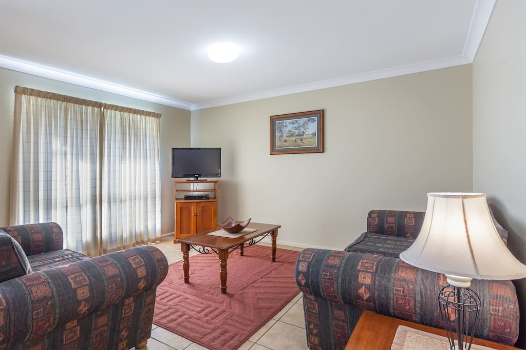 Two bedroom apartment walk to cbd flats for rent in for Beds r us toowoomba