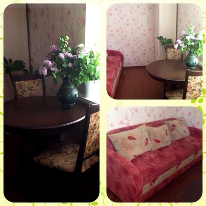 Небольшая уютная комната в викторианском стиле с окнами на цветущий двор.
