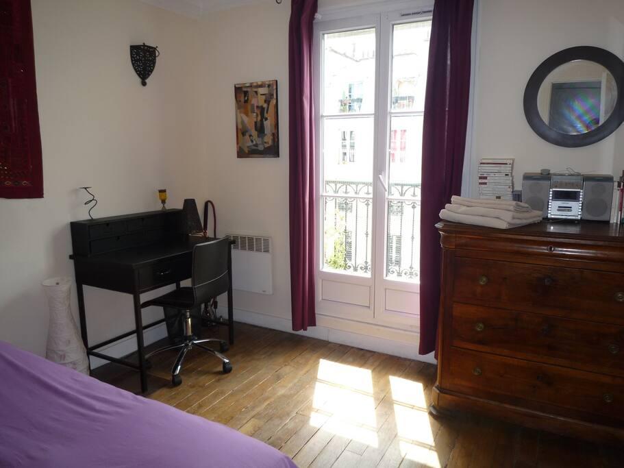 1st doublebed room   avec balcon fleuri