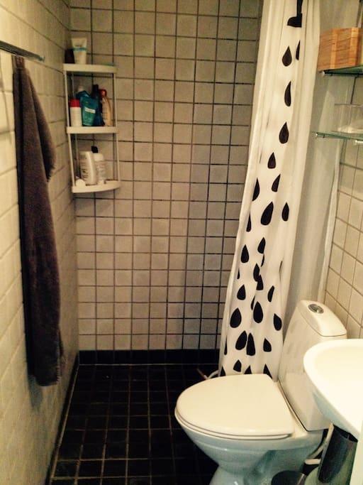 Toilet med bad.