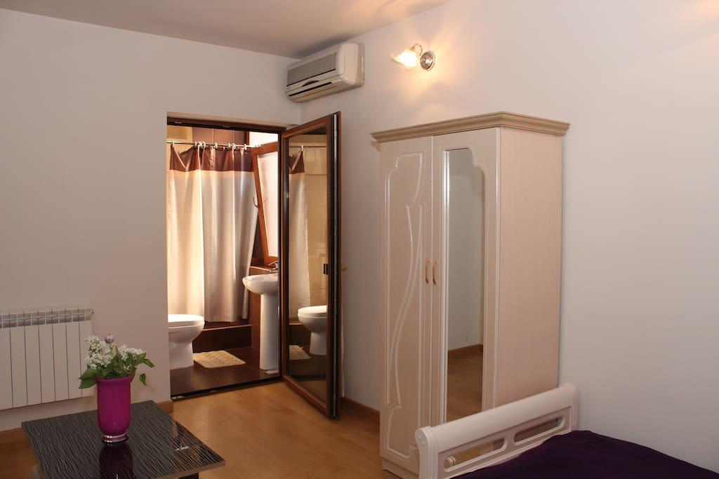 Двуместный номер: кондиционер, отопление, гардероб, телевизор с плоским экраном с кабельными каналами. Площадь номера: 18 м²