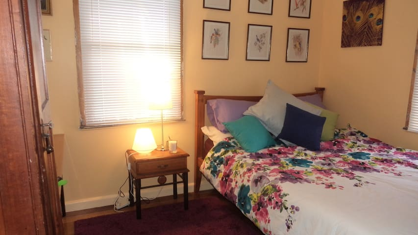 Close to LaTrobe University and 1hr by bus to City - Heidelberg West - House
