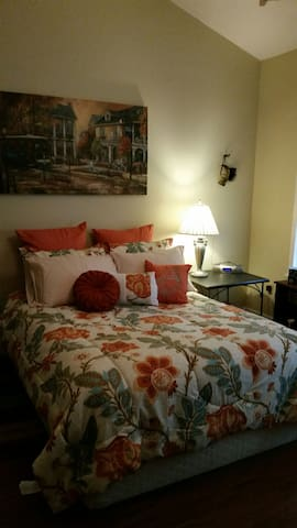 Lovely Room 5 miles from the Gulf. - Gulfport - Talo