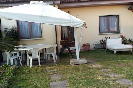 Versilia -Casa singolo in campagna a 3 km dal mare - Seravezza - Rumah