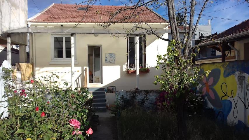 Aubervilliers : studio avec jardin