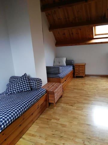 Habitación 3 - Buhardilla con 2 camas nido.