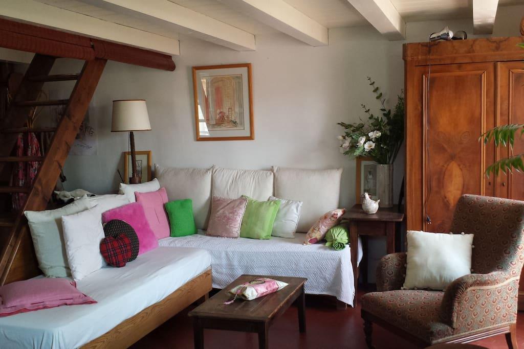 Salon très cosy composé de 2 lits simples avec de vrais matelas