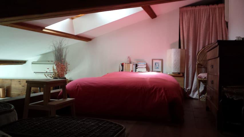 Chambre lit double en mezzanine. Très bonne literie.