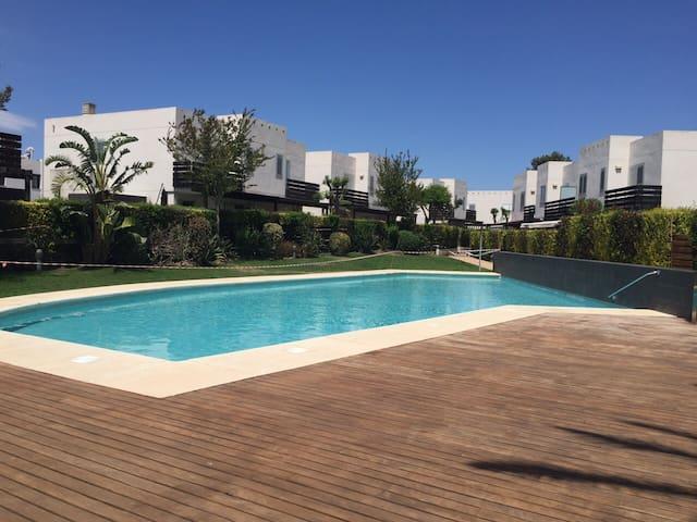 casa con jardin, piscina parking - Montroig Bahia - House