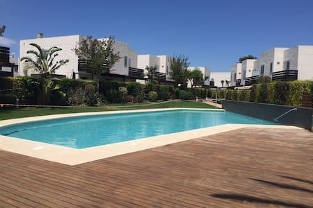 casa con jardin, piscina parking - Montroig Bahia - Haus