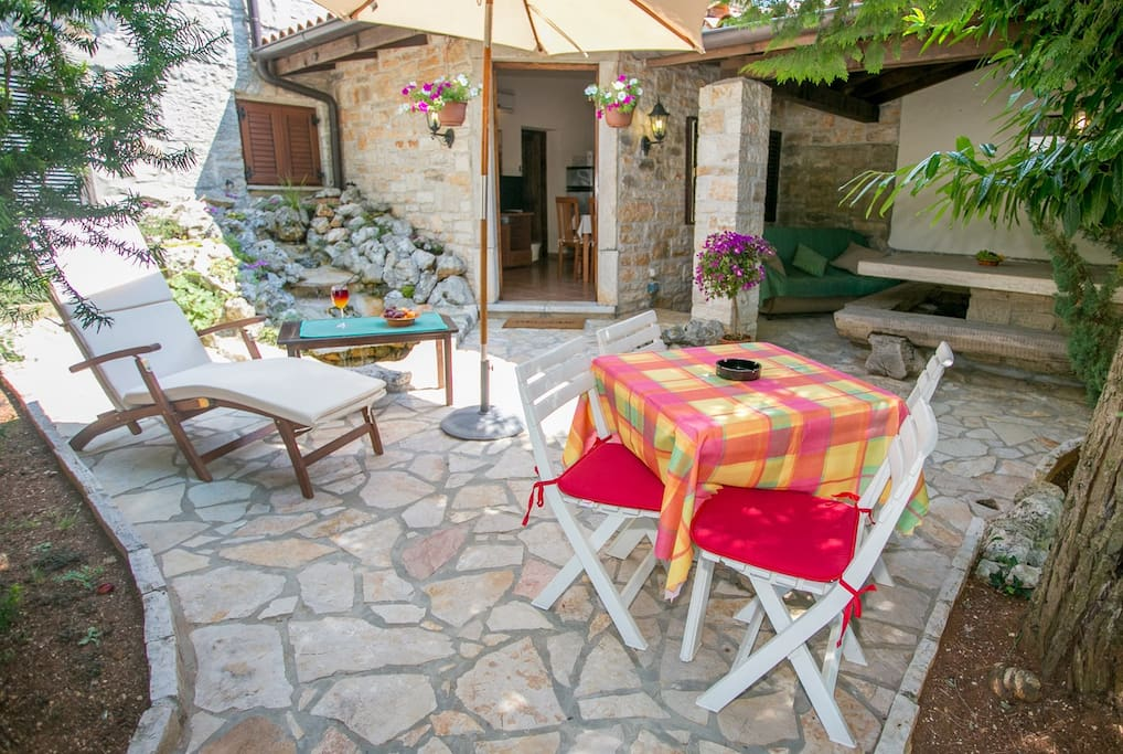 The apartment Idila is located in a stone house and here you can relax and spend wonderful evenings.