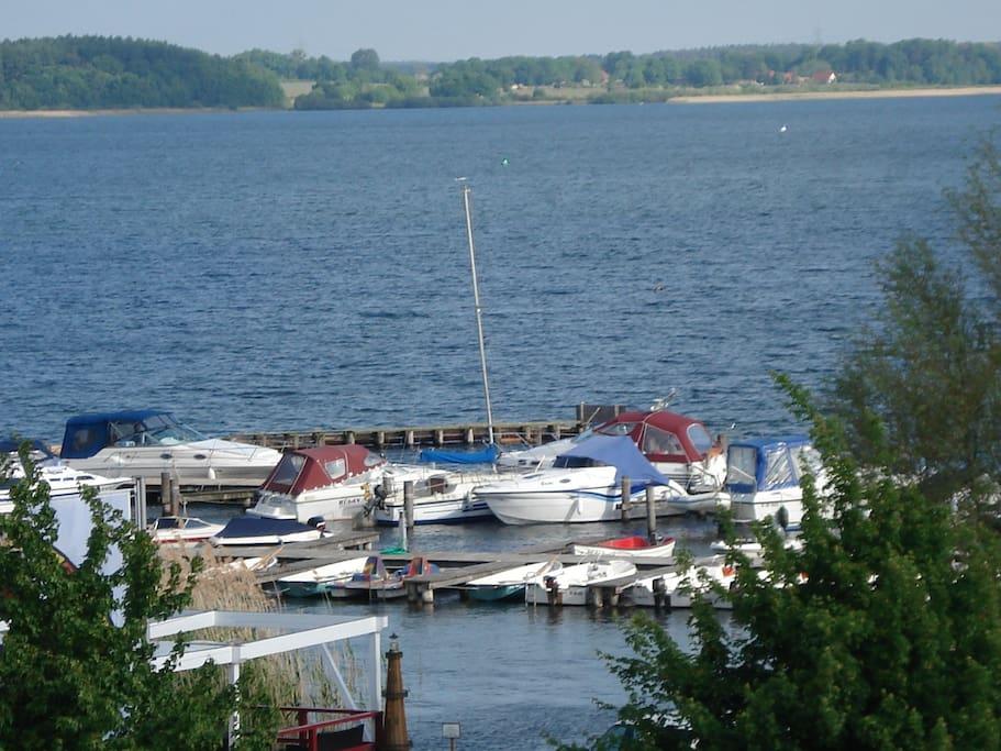 Blick von der Terrasse auf den Hafen
