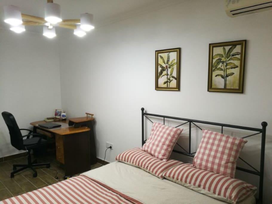 卧室里还有一张新中式的书桌