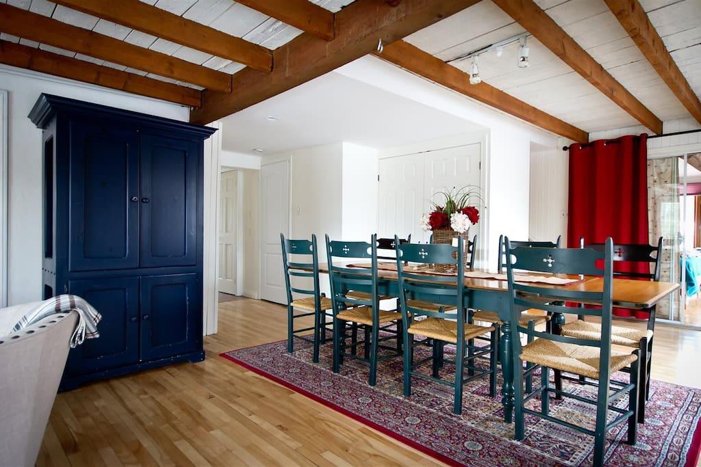 Salle à dîner pouvant accueillir jusqu'à 12 personnes