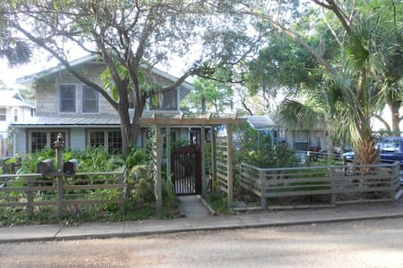 Seastone Cottage. Your secret oasis. - Gulfport