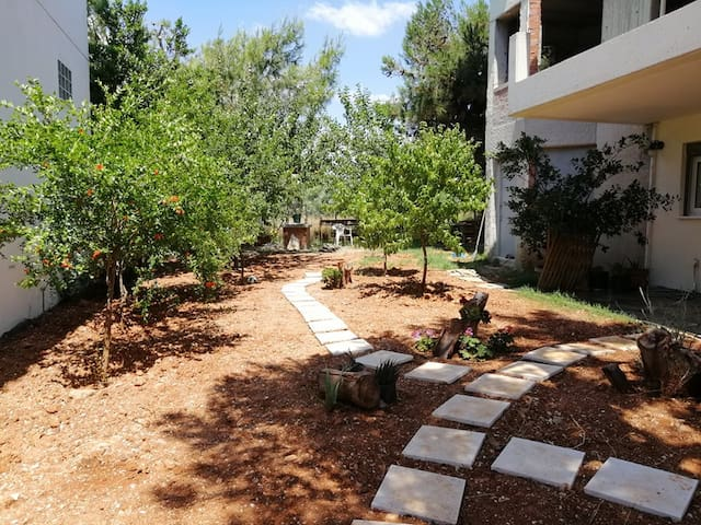 Studio with garden 7' walk to the beach(Lagonissi)