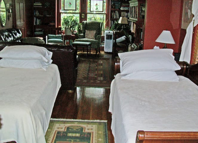 Large upstairs guestroom, private bath& entrance