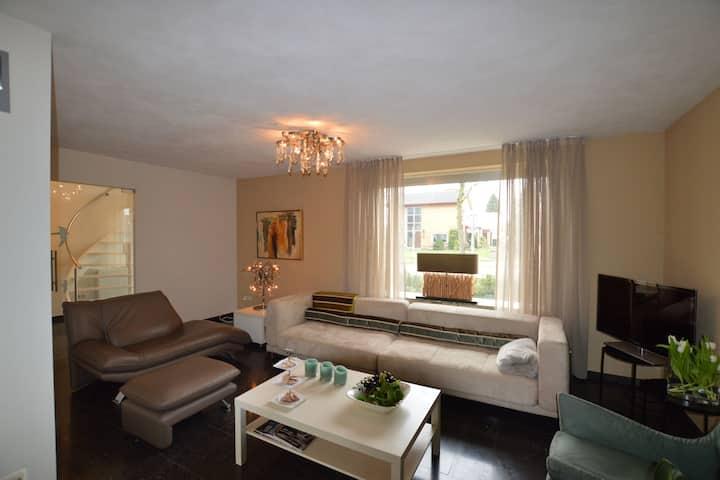 Luxuriöses Ferienhaus mit Whirlpool in Heythuysen