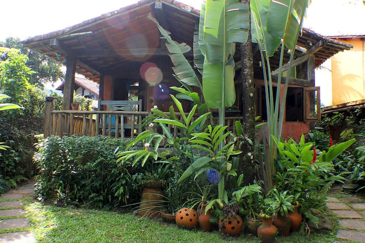 Hideaway surrounded by nature near the beach - São Sebastião - บ้าน